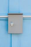 Prosta Elektrycznej kontrola klauzura na Błękitnej betonowej ścianie Zdjęcie Royalty Free