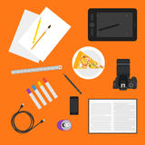 Prosta ilustracja w modnym mieszkanie stylu z przedmiotami używać w życiu codziennym na jaskrawym pomarańczowym tle dla use w pro Zdjęcie Royalty Free