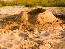 Prosta piasek ściana robić dziećmi na plaży obraz stock