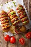 Prosta przekąska kartoflani skewers z kiełbasianym salami i zieleni oni Zdjęcie Royalty Free