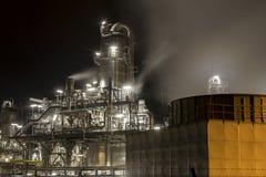 Prosta rafineria przy nocą Zdjęcie Royalty Free