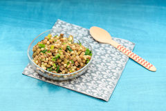 Prosta soczewicy sałatka z zalewami, pietruszką i makaronem na turquois, Obrazy Stock