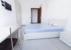 Prosta stylu dorm sypialnia z udziałami światło fotografia royalty free