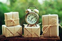 Prostego eco prezenta pudełek pakunku życzliwy opakunek z brązu papierem i rocznik osiągamy, zielony nowy rok teraźniejszości poj zdjęcie stock
