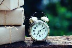 Prostego eco prezenta pudełek pakunku życzliwy opakunek z brązu papierem i rocznik osiągamy, zielony nowy rok teraźniejszości poj obraz royalty free