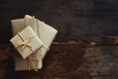 Prostego eco prezenta pudełek pakunku życzliwy opakunek z brązu papierem na drewnianym stole z ogrodowym tłem, zieleni teraźniejs obrazy royalty free