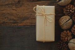 Prostego eco prezenta pudełek pakunku życzliwy opakunek z brązu papierem w starym drewnianym stołowym tle, zieleni teraźniejszy p obrazy stock