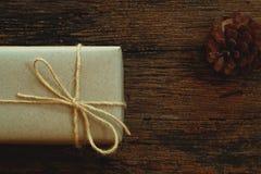 Prostego eco prezenta pudełek pakunku życzliwy opakunek z brązu papierem w starym drewnianym stołowym tle, zieleni teraźniejszy p fotografia royalty free