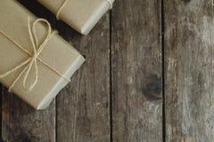 Prostego eco prezenta pudełek pakunku życzliwy opakunek z brązu papierem w starym drewnianym stołowym tle, zieleni teraźniejszy p obraz stock