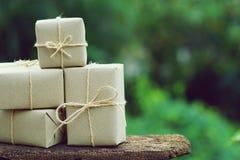 Prostego eco prezenta pudełek pakunku życzliwy opakunek z brązu papierem, zieleni teraźniejszy pojęcie, kopii przestrzeń fotografia stock