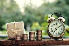 Prostego eco prezenta pudełek pakunku życzliwy opakunek z brązu papieru monety stertami i rocznik osiągamy, zielony nowy rok tera zdjęcia stock