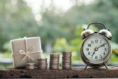 Prostego eco prezenta pudełek pakunku życzliwy opakunek z brązu papieru monety stertami i rocznik osiągamy, zielony nowy rok tera obraz stock