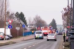 Prostejov捷克Rep警察小客车1月28日-消火汽车和一辆在停留演出地在路 火在一个工业房子里 免版税库存照片
