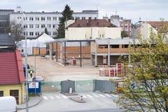 Prostejov tjecktekniker 7th APRIL 2017 Ny Lidl supermarket som byggs Ny plats för konstruktion för Lidl lagerlokal royaltyfri bild