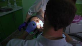 Prosthetic tandläkekonst Förklarande konstgjorda tänder för tandläkare till patienten i klinikkontor Tand- protes, tandproteser,  stock video