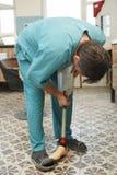 Prosthetist-ortopedista Imágenes de archivo libres de regalías