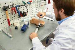 Prosthetist que hace la pierna artificial imagen de archivo