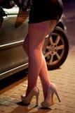 Prostituee die kousen op de straat dragen Stock Afbeelding
