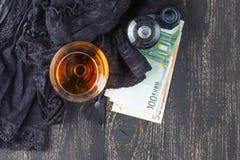 Prostitutas o concepto del 'strip-tease', billete de banco euro con los encajes sexy y condón Fotos de archivo