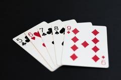 Prosto w grzebak kart grą na czarnym tle Obraz Stock