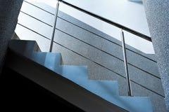 Prostokątne kolumny, schody z metalem chromują poręcz, abstrakcjonistyczny architectur Obraz Stock