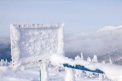 Prostokątny drewniany talerz zakrywający z hoarfrost na ośrodek narciarskiego ag zdjęcia royalty free
