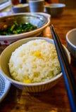 Prosty Biały Rice w pucharze z Chopsticks Umieszczającymi Na boku Zdjęcie Royalty Free