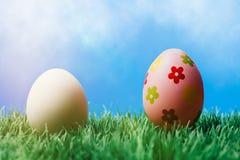 Prosty biały i dekoracyjny czerwony Easter jajko Zdjęcie Royalty Free