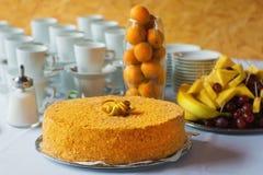 Prosty cały pomarańcze tort z kruszkami na stole Obraz Royalty Free