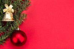 Prosty czerwony Bożenarodzeniowy tło z jedlinowym drzewem, ornamenty i był Obraz Stock