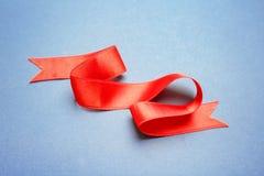 Prosty czerwony faborek na koloru tle Fotografia Royalty Free