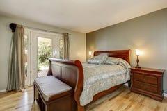 Prosty mimo to luksusowy man& x27; s sypialnia z stałego drewna meble Fotografia Royalty Free
