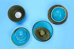 Prosty nieociosany handmade Ceramiczny tableware na b??kitnym tle obraz stock