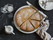 Prosty pomarańcze tort z oliwa z oliwek na ciemnym kamiennym tle fotografia stock
