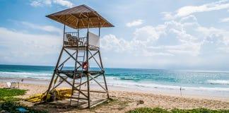 Prosty projekt ratownika dom na chmurnym niebieskim niebie i Andaman fotografia royalty free