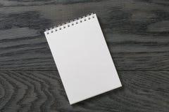 Prosty pusty notepad na nieociosanym drewno stole zdjęcia royalty free
