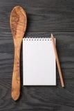 Prosty pusty notepad na nieociosanym drewno stole obraz royalty free