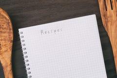 Prosty pusty notepad z słowo przepisem na nieociosanym drewno stole Zdjęcie Royalty Free