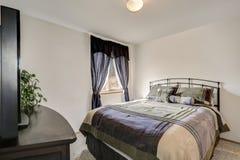 Prosty stylowy Man& x27; s sypialni wnętrze w szarych brzmieniach Obrazy Royalty Free