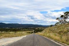 Prosty wiejska droga fading w halną odległość obrazy royalty free