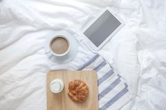 Prosty workspace lub kawowa przerwa w ranku filiżanka gorącej Fotografia Stock