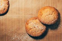 Prosty zbliżenie widok round ciastka na pieczenie papieru tle Zdjęcie Stock