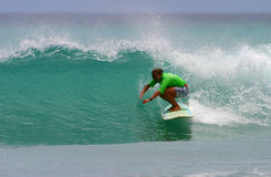 ProSurfer-Mädchen-Freude Monahan Surfen stockfoto