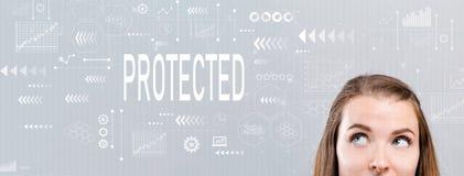 Protégé avec la jeune femme images stock