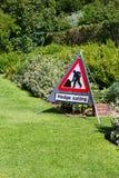Protégez le découpage signent dedans le jardin de pays photo libre de droits