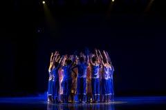 Protégez le tout le cube en étincelle - la danse folklorique nationale de rivière-Le jaune Photos libres de droits