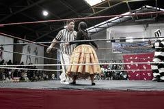 Protagonice al luchador de sexo femenino del cholita que lucha con la referencia imagenes de archivo