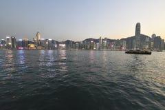 Protagonice el transbordador a través de Victoria Harbour en la última hora de la tarde de primavera fotos de archivo