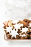Protagonice las galletas, nueces, especias, decoraciones de la Navidad Fotos de archivo libres de regalías