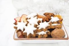 Protagonice las galletas, nueces, especias, decoraciones de la Navidad Fotos de archivo